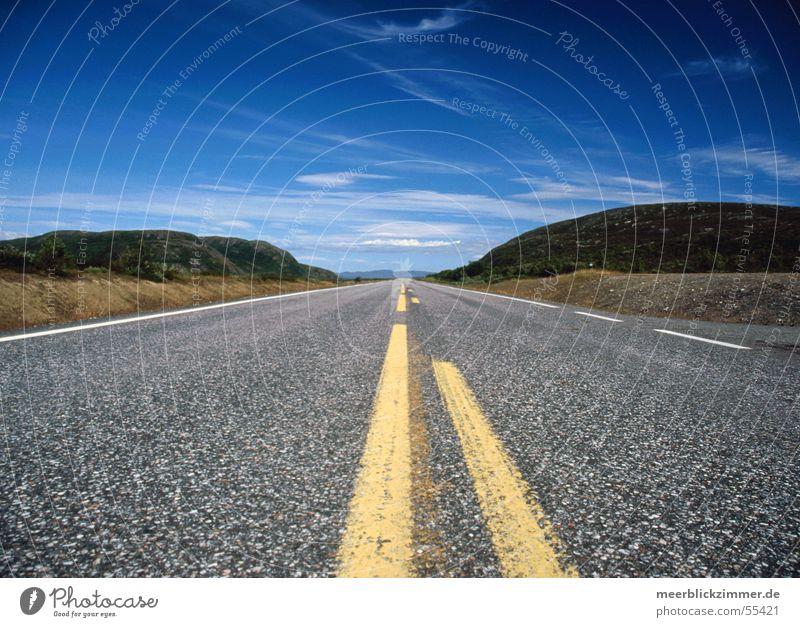Fernweh Asphalt geradeaus Wolken Straße Himmel Berge u. Gebirge Perspektive Linie blau Ferne Verkehrswege
