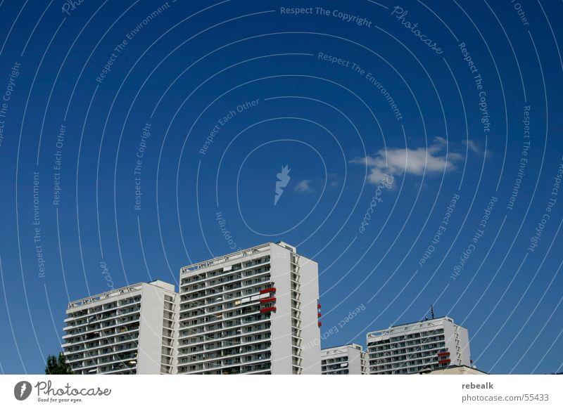 Berlin-City Städtereise Wohnung Haus Traumhaus Himmel Wolken Schönes Wetter Stadt Skyline Hochhaus Balkon eckig hell blau gleich einzigartig modern planen