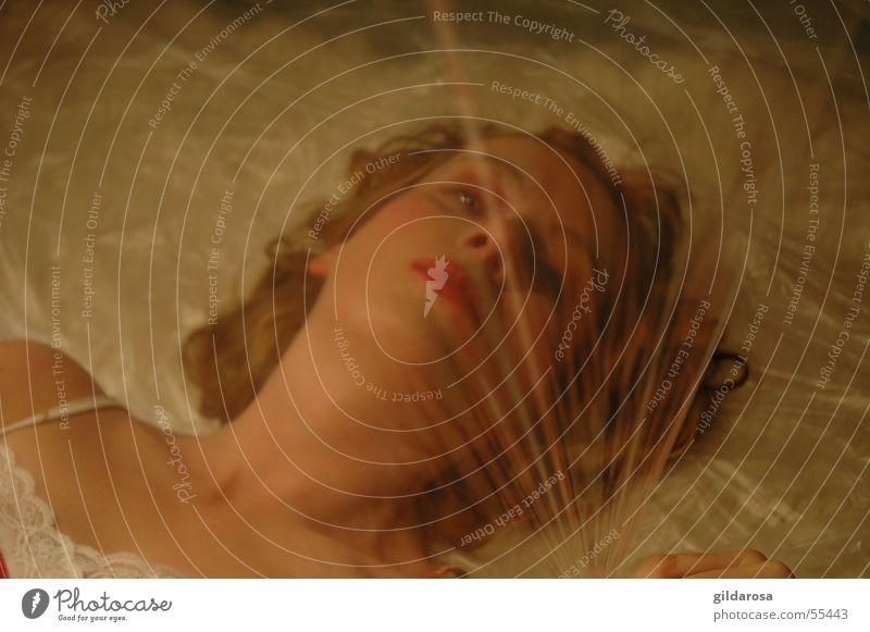 Dornröschen Frau blond Porträt Folie Überzug rot weiß Bodenbelag Schneewittchen Platzangst eng hell ruhig Eros Zauberei u. Magie Märchen Lust schlafen Rausch