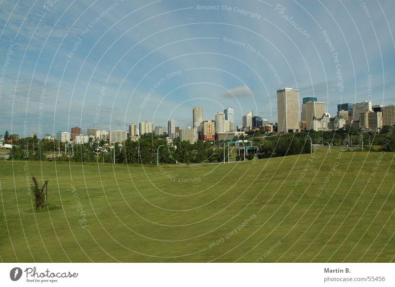 Edmonton Skyline Kanada Alberta grün Rasen