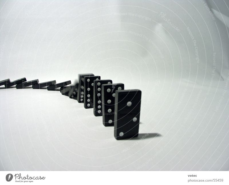 Dominoeffekt Spielen Bewegung Geschwindigkeit Ziffern & Zahlen fallen Spielzeug Dynamik Stillleben Reaktionen u. Effekte Dominosteine Kettenreaktion