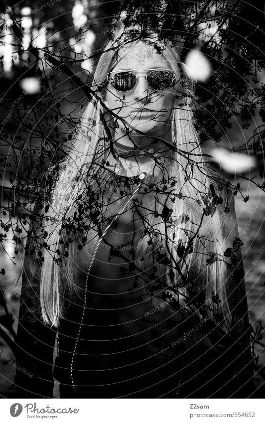 Dark Angel Lifestyle elegant Stil feminin Junge Frau Jugendliche 18-30 Jahre Erwachsene Landschaft Baum Sträucher Wald Mode Sonnenbrille blond langhaarig