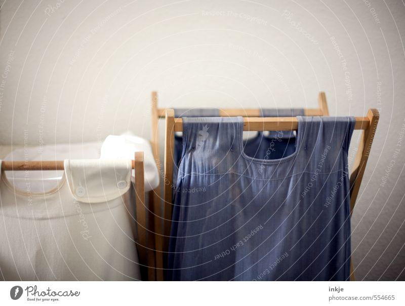 Hausarbeit | Wäsche sortieren Lifestyle Häusliches Leben Innenarchitektur Wäschekorb Sack blau weiß Ordnungsliebe Sammelstelle Behälter u. Gefäße offen