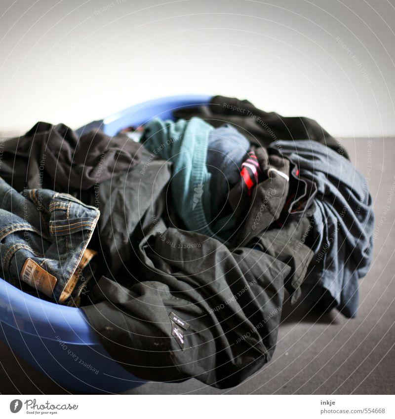 Hausarbeit | Wäsche einsammeln liegen dreckig Häusliches Leben Lifestyle Bekleidung Sauberkeit Kunststoff trocken Wäsche waschen anstrengen Alltagsfotografie