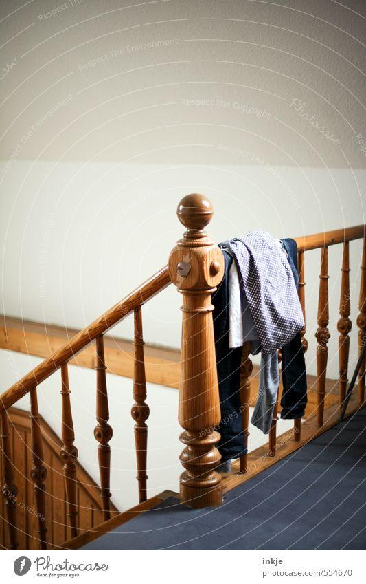 Hausarbeit | Wäsche aufstöbern Lifestyle Häusliches Leben Wohnung Innenarchitektur Raum Treppengeländer Treppenhaus Menschenleer Holzpfahl Holzgeländer