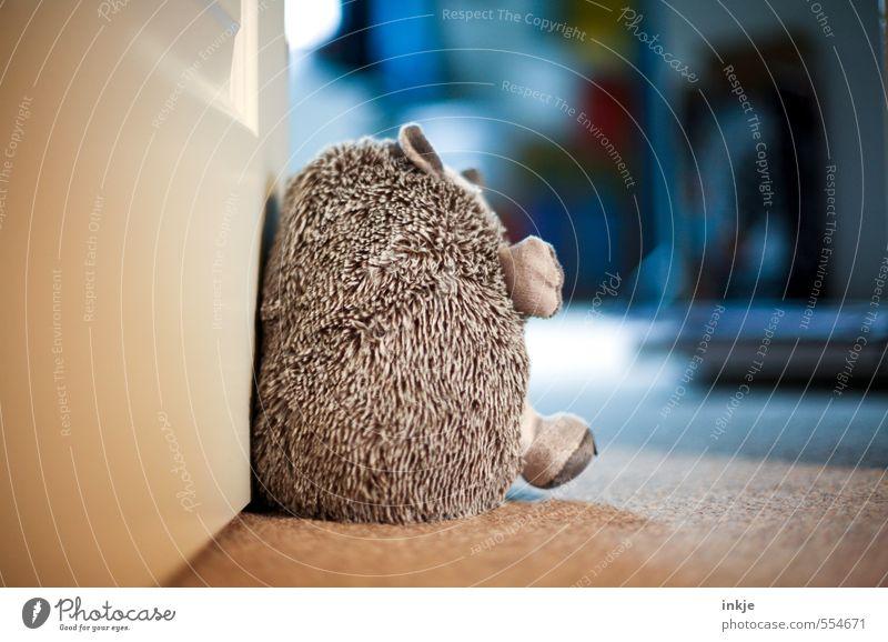 Kinderzimmer Lifestyle Häusliches Leben Wohnung Tür Igel 1 Tier Stofftiere türstopper kuschlig weich Gefühle Geborgenheit Farbfoto mehrfarbig Innenaufnahme