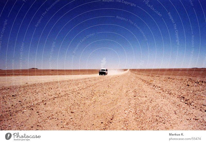Nirgendwo Afrika Namibia rot Geländewagen heiß Einsamkeit verloren Staub staubig Straße leer nirgendwo Wüste Skipiste pad Sand PKW jeep Kies