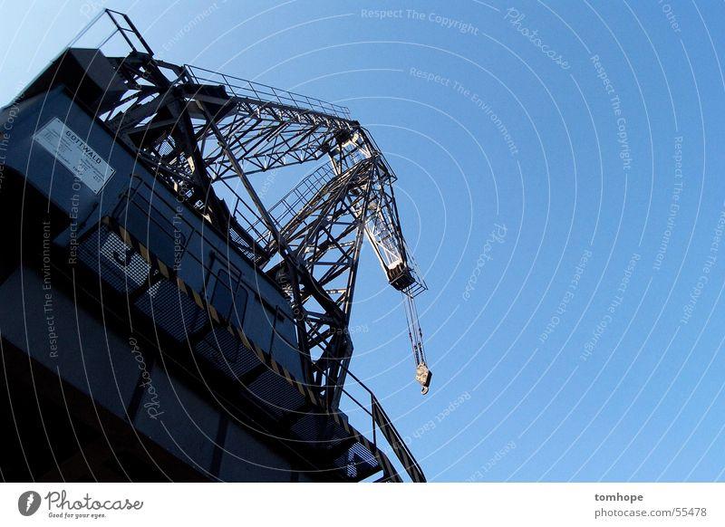 Kran Flugzeugträger azurblau hell-blau ruhig Feierabend Froschperspektive Gegenlicht Außenaufnahme Himmel Klarheit Schönes Wetter Hafen Industriefotografie