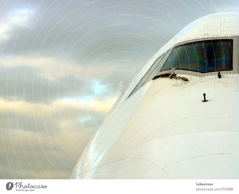 Portrait Wolken Flugzeug fliegen Luftverkehr Bildausschnitt schlechtes Wetter Anschnitt Passagierflugzeug Cockpit Wolkendecke Scheibenwischer startbereit Vor hellem Hintergrund
