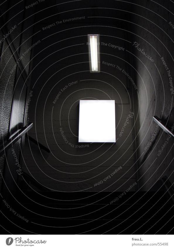 Treppe mit Licht alt dunkel Architektur Lampe Angst Innenarchitektur historisch Geländer Treppenhaus Panik Neonlicht unheimlich Bunker Leuchtkasten 2. Weltkrieg
