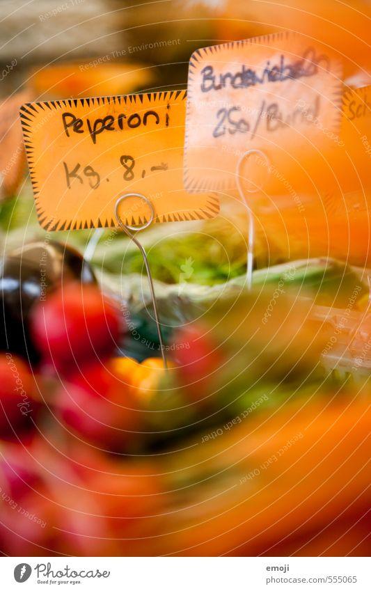 Peperoni oder Paprika Lebensmittel Gemüse Frucht Bioprodukte Vegetarische Ernährung Diät natürlich orange Markt Marktstand Preisschild Wirtschaft Farbfoto