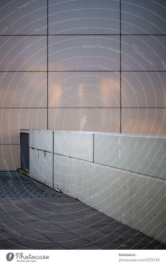 alles im raster. Stadt Sonne Wand Wege & Pfade Mauer Architektur Gebäude grau Stein Linie Metall Fassade leuchten Ordnung Platz Beton