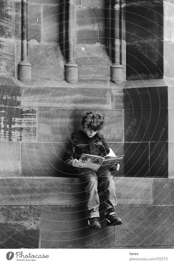 Kleiner Junge Junge Mauer lesen Kind