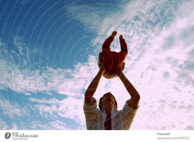 Himmelwärts Baby Kleinkind Junger Mann Jugendliche Vater Erwachsene Kindheit Natur Luft Wolken Sommer schaukeln werfen Glück Fernweh Zufriedenheit Erde Zukunft