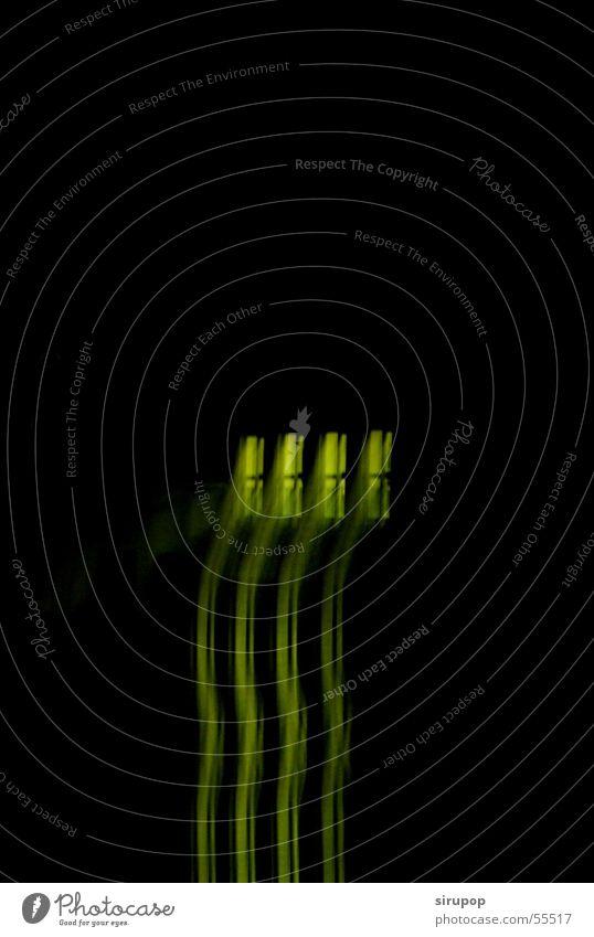 Seuche schwarz dunkel grün Vor dunklem Hintergrund Freisteller Textfreiraum oben abstrakt Spiegelbild