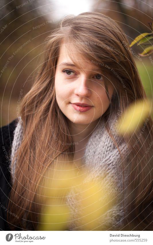 Kathi II Mensch Kind Jugendliche schön Junge Frau weiß Blatt Wald schwarz Gesicht gelb Leben Herbst Frühling feminin Denken