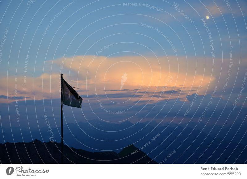 Fahne im Abendrot und mit dem Mond... Himmel Natur blau grün schön Sommer weiß Landschaft Wolken dunkel Berge u. Gebirge Umwelt Gefühle natürlich grau orange