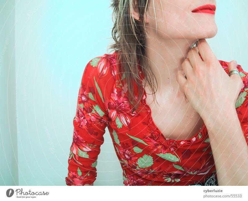 Rot Frau Hand rot sitzen T-Shirt Lippen sanft Lippenstift Kinn Dekolleté