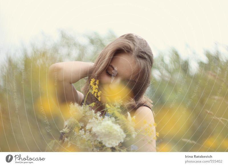 Natur Jugendliche schön Pflanze Sommer Junge Frau Blume Freude 18-30 Jahre Gesicht Erwachsene Liebe Gefühle Frühling Haare & Frisuren träumen