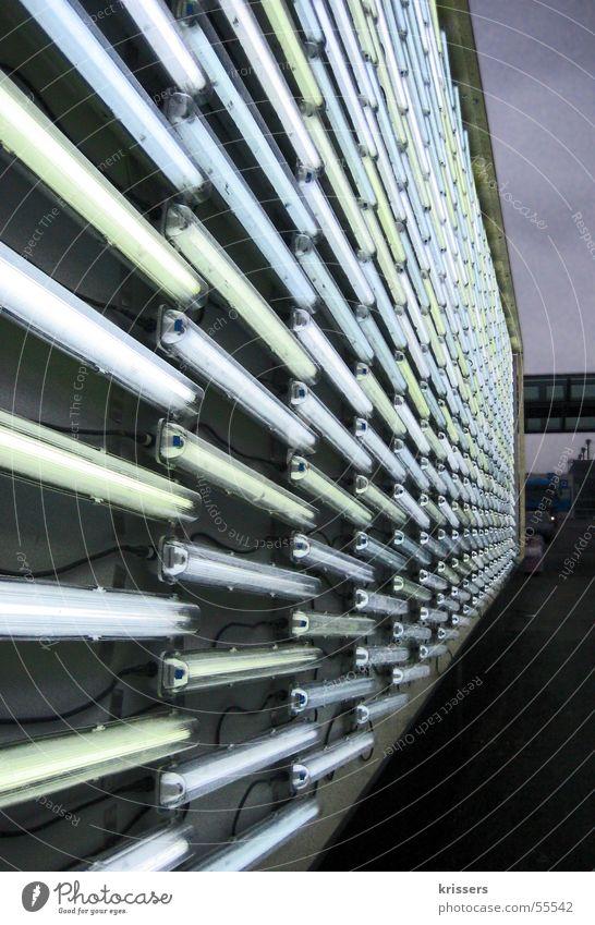 Neon CeBIT Neonlicht Licht grell grün gelb Fluchtpunkt Industrie Architektur Elektrisches Gerät Technik & Technologie Abend hell Perspektive daylight leuchten