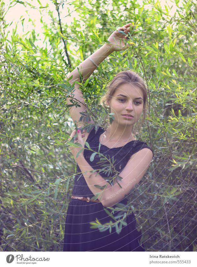 Natur Jugendliche schön Pflanze Sommer Baum Hand Junge Frau 18-30 Jahre Wald Gesicht Erwachsene Frühling Haare & Frisuren Glück natürlich