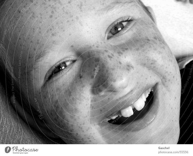 Janis Freude Kind Junge Auge Zähne Lächeln lachen Fröhlichkeit Glück Kindheit Sommersprossen Zahnlücke Schwarzweißfoto Innenaufnahme Blick Blick in die Kamera