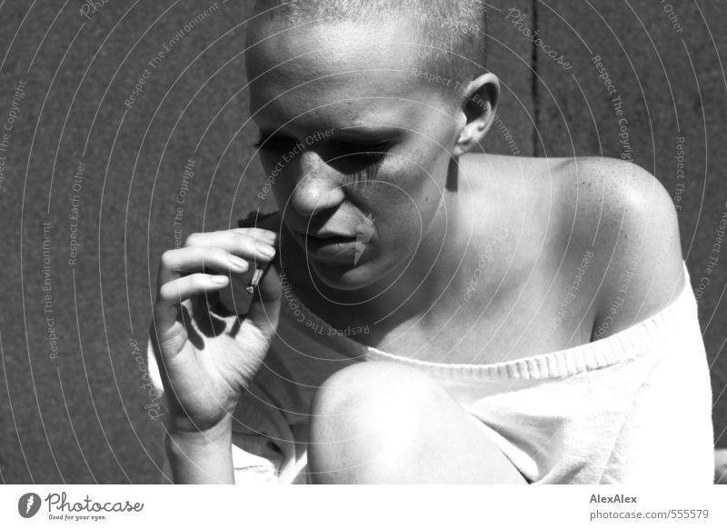 in Abrede Jugendliche Stadt schön Hand 18-30 Jahre Erwachsene Gefühle feminin Kopf außergewöhnlich blond Kommunizieren berühren Jugendkultur Rauchen dünn