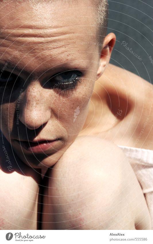 Ganz nah Kind Jugendliche schön Junge Frau Gesicht außergewöhnlich blond authentisch warten 13-18 Jahre beobachten einzigartig Schutz Neugier dünn nah