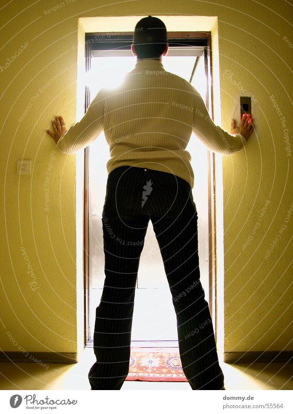 elevator Fahrstuhl Licht Strahlung Nacht Langzeitbelichtung Hose Weste Mann stehen Hochhaus Flur Wand Jeanshose dommy thomas gleb Holzleiste