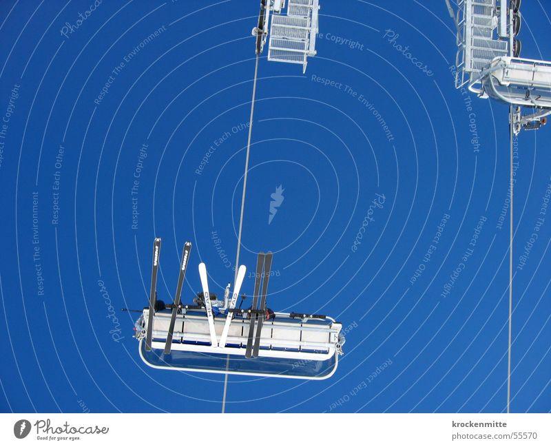 skiluft Wintersport Skifahren Sesselbahn Skifahrer skiferien Schilift Himmel Kabel sitzen