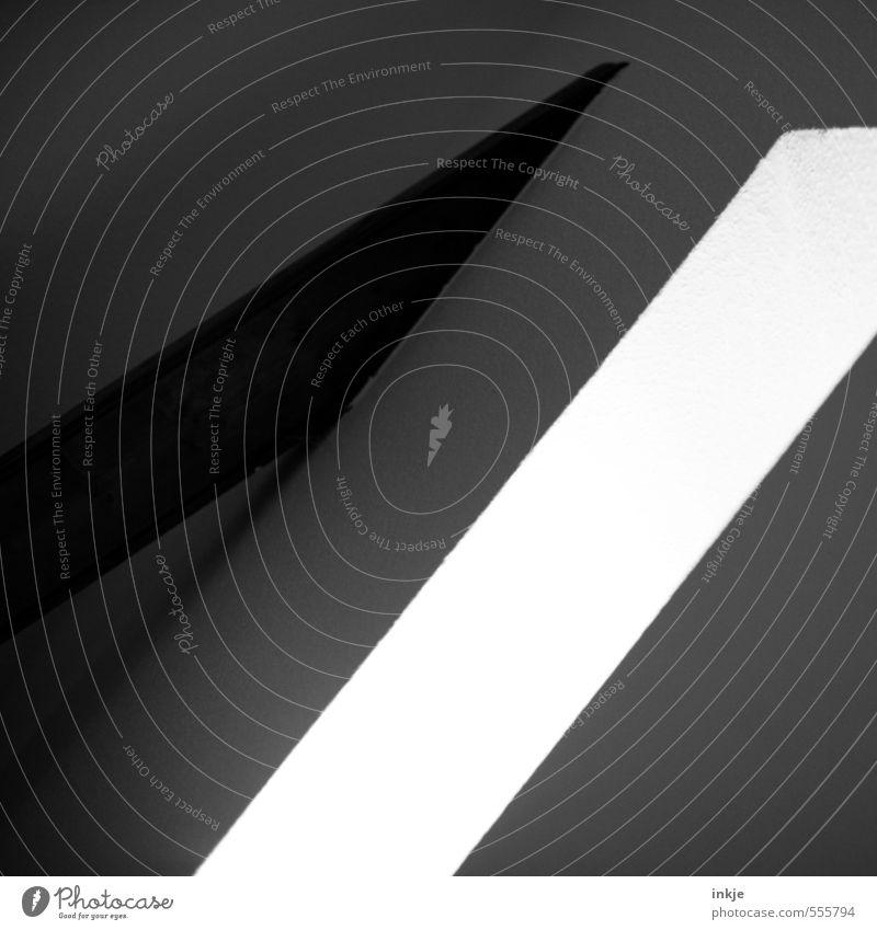 /// Innenarchitektur Fenster Dachgebälk Linie Streifen leuchten diagonal Lichteinfall quer parallel Schwarzweißfoto Innenaufnahme Nahaufnahme abstrakt Muster