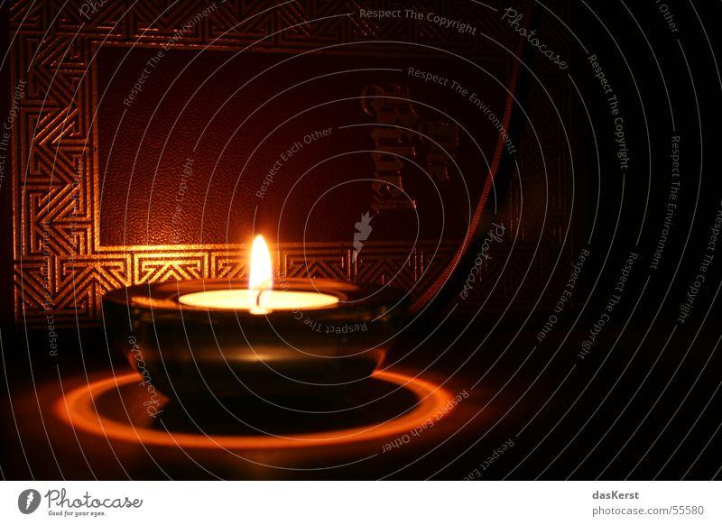 Trügt der Schein? Kerze Bibel Religion & Glaube Buch Heiligenschein Kerzenschein Licht Dämmerung Gold Muster dunkel trügerisch unklar geheimnisvoll