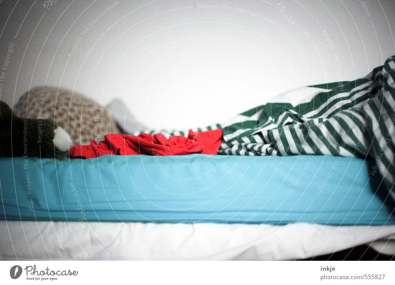 Hausarbeit | Betten machen Lifestyle Häusliches Leben Kinderzimmer Schlafmatratze Bettwäsche Stofftiere kuschlig weich grün rot türkis weiß Gefühle Kindheit