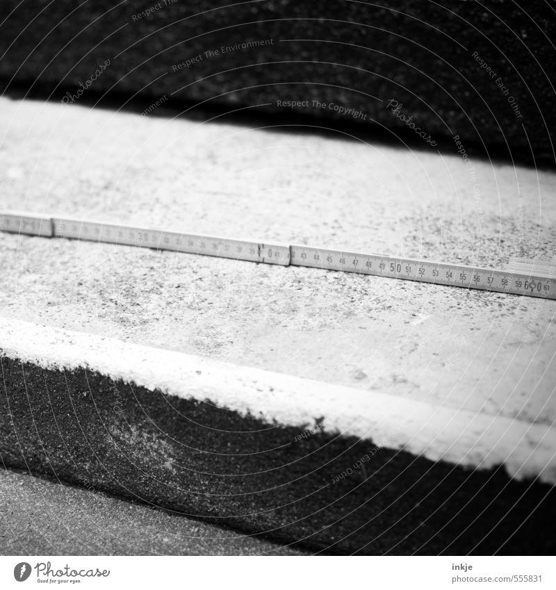 die Vermessung der Welt Handwerker Baustelle Menschenleer Treppe Zollstock Beton Ziffern & Zahlen schwarz weiß Genauigkeit Präzision messen Skala