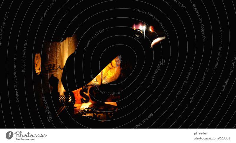 blick in den spiegel Hand schwarz gelb Lampe dunkel Raum Fotokamera Spiegel Innenarchitektur