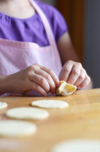mit Fleisch gefüllte Teigtaschen Kind Hand Leben feminin Essen Lebensmittel Kindheit Ernährung Kochen & Garen & Backen lecker Kleinkind Abendessen Mittagessen