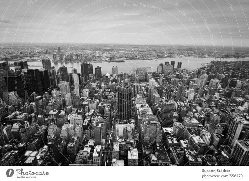 ny Stadt Hauptstadt Skyline überbevölkert Haus Hochhaus Bankgebäude Mauer Wand Dach modern Brooklyn Manhattan Schwarzweißfoto Außenaufnahme Abend Dämmerung