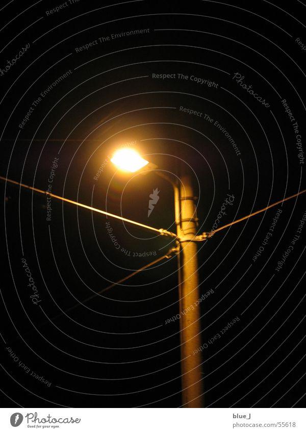 Licht in der Nacht Lampe dunkel Laterne hell straler Lichterscheinung Kabel