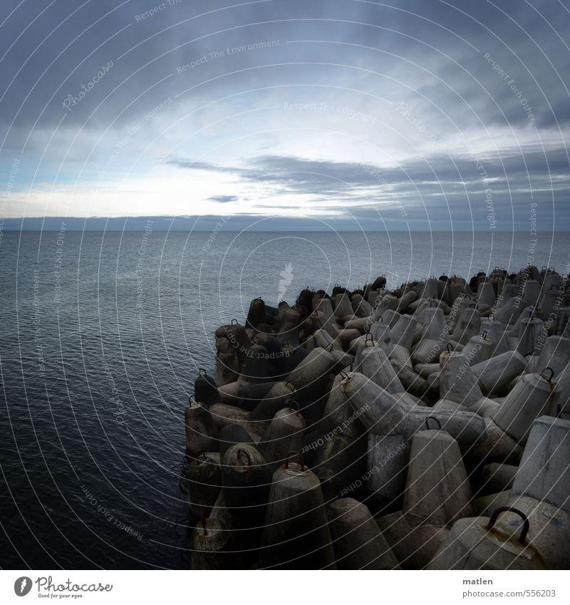 resistance Natur Landschaft Wasser Himmel Wolken Horizont Herbst schlechtes Wetter Wind Küste Meer Menschenleer blau grau Antagonismus Buhnen Farbfoto