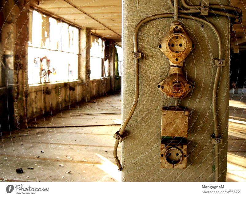 old Fabrik dreckig Schalter Steckdose Fenster Einsamkeit Kabel