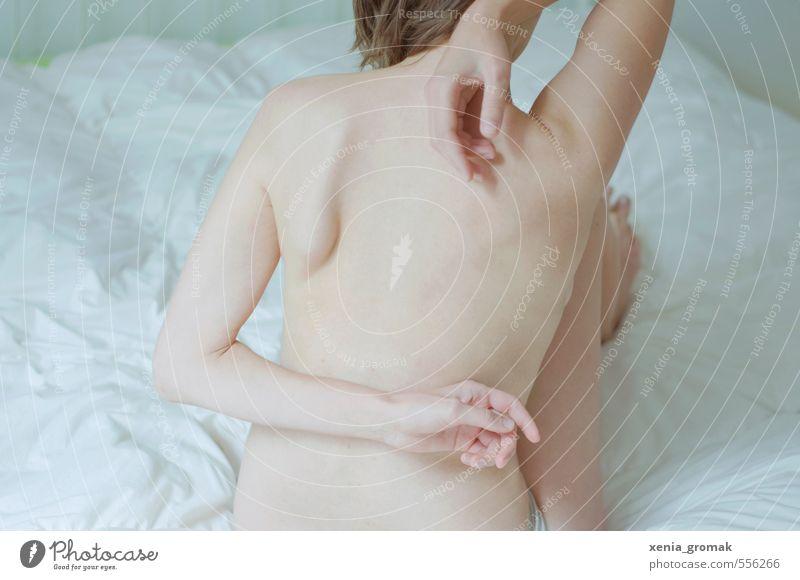 Zärtlichkeit Mensch feminin Frau Erwachsene Körper Rücken Hand 1 18-30 Jahre Jugendliche berühren Bewegung Sex träumen ästhetisch Erotik nackt dünn schön