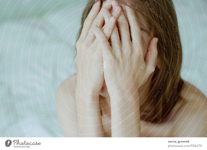 Verstecken Mensch feminin Frau Erwachsene Kopf Gesicht Hand 1 18-30 Jahre Jugendliche berühren streichen träumen Traurigkeit Umarmen ästhetisch Erotik nackt