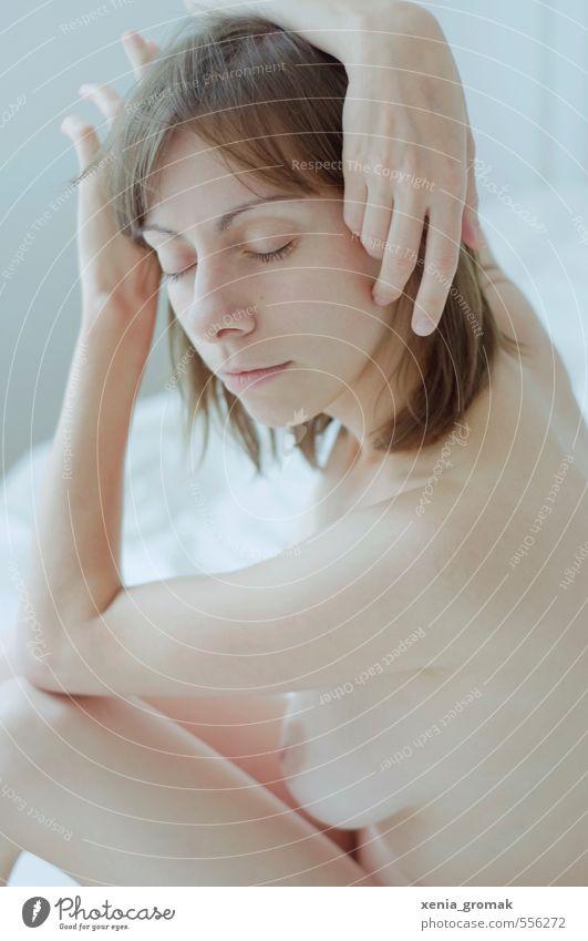 berühren Yoga Mensch feminin Frau Erwachsene Leben Körper Haut Kopf Gesicht Auge Hand 1 18-30 Jahre Jugendliche atmen genießen Sex träumen Umarmen ästhetisch