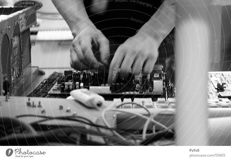 Precious Mann verdeckt Arbeit & Erwerbstätigkeit Präzision Hand Computer Motherboard Prozessor schwarz weiß Verlauf Elektrisches Gerät Belüftung Platine