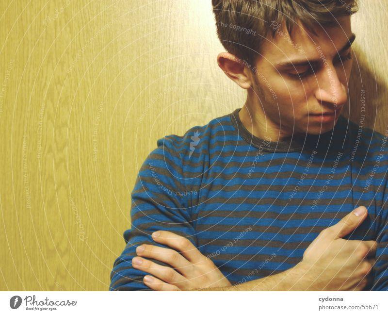 Menschenskind II Mann Hand Gesicht Wand Holz Stil Körperhaltung Gesichtsausdruck Pullover Maserung