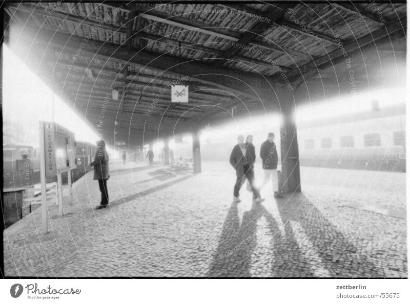 Bahnhof S-Bahn Oranienburg Eisenbahn Bahnsteig Öffentlicher Personennahverkehr Kopfsteinpflaster Gegenlicht S-Bahnhof Ferien & Urlaub & Reisen Tourist