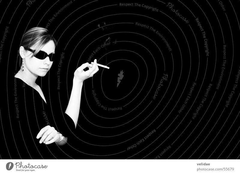 Smoking Lady Frau Hochmut Zigarette schick Sonnenbrille Accessoire teuer Innenaufnahme Porträt Vor dunklem Hintergrund modern Schwarzweißfoto elegant edel