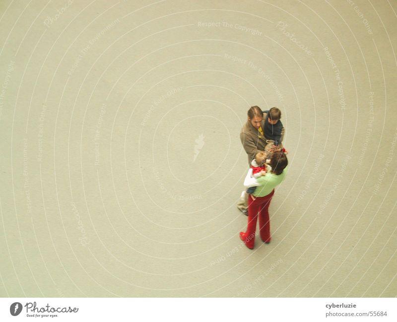 Begegnung Frau Mann Kind Vater Mutter Familie & Verwandtschaft Vogelperspektive begegnen sprechen Sohn Tochter Kleinkind Baby Verabredung Mensch mehrere