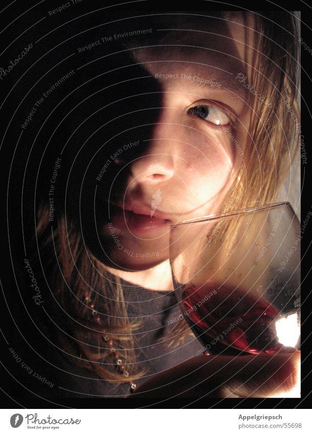 heimlich Rotwein Weinglas Mann dunkel unheimlich Porträt rot schwarz Licht Alkohol Glas Junge Haare & Frisuren Kette Blick Schatten