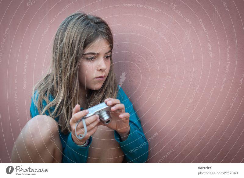 Bilderjagd feminin Mädchen 1 Mensch 8-13 Jahre Kind Kindheit brünett langhaarig Begeisterung achtsam Wachsamkeit Fotografieren beobachten Fotokamera Wand Pirsch